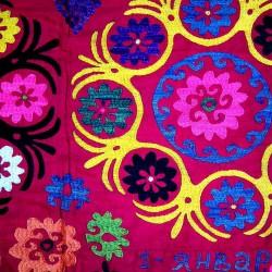 suzanis rouge motifs tissu mural d coratif soie et coton 312x155 cm. Black Bedroom Furniture Sets. Home Design Ideas