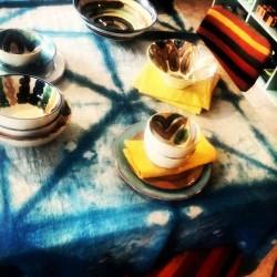 des couleurs à table jaune vert bleu blanc noir orange dégradé tie dye